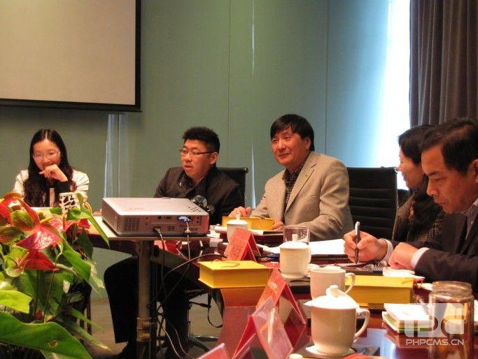世界诗人协会第一届理事会常务副会长灵岩放歌先生主持研讨会(左三)